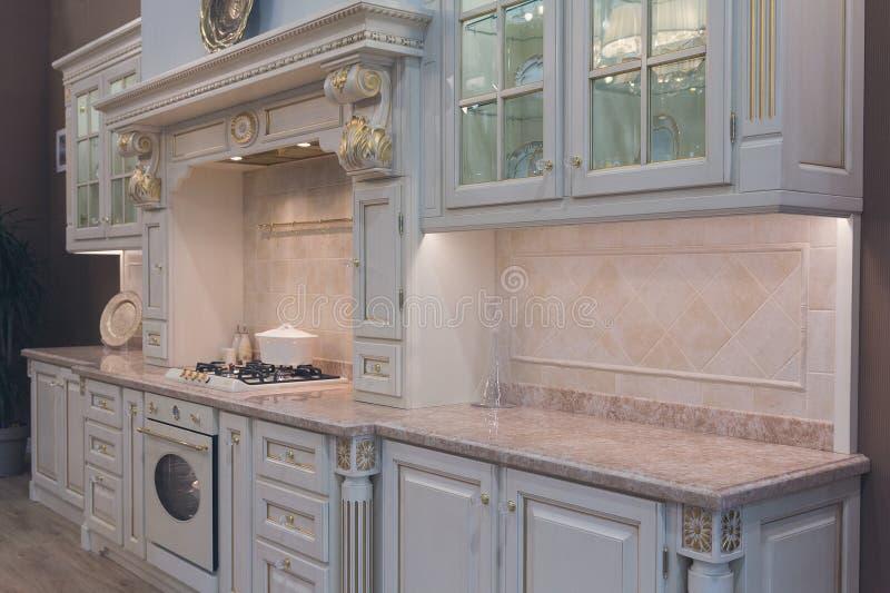 在减速火箭的样式的豪华厨房家具 免版税库存图片