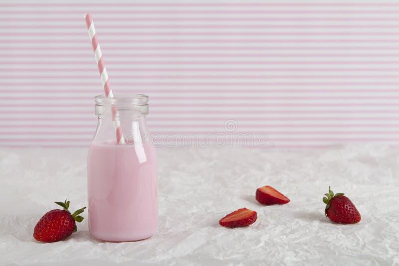 在减速火箭的瓶的草莓牛奶有文本空间的 免版税库存照片