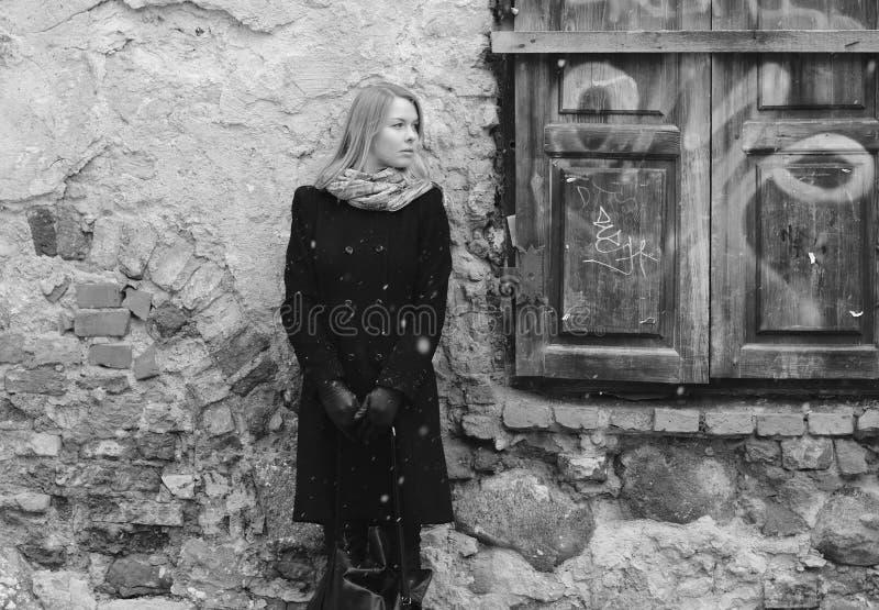 在减速火箭的等待的墙壁妇女附近 库存照片