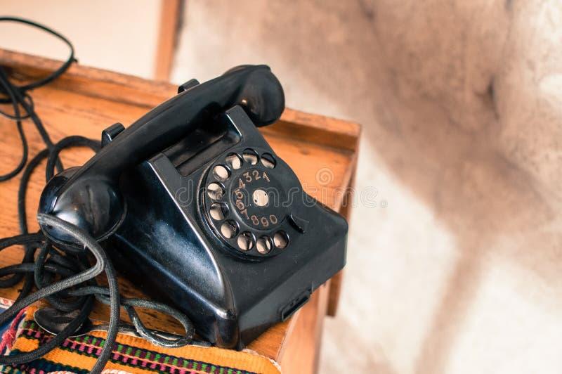 在减速火箭/葡萄酒样式的古板的黑电话从长的去的时代 免版税库存照片
