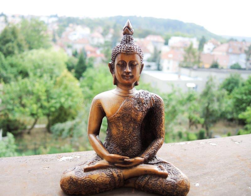 在凝思的菩萨木雕象 免版税库存图片