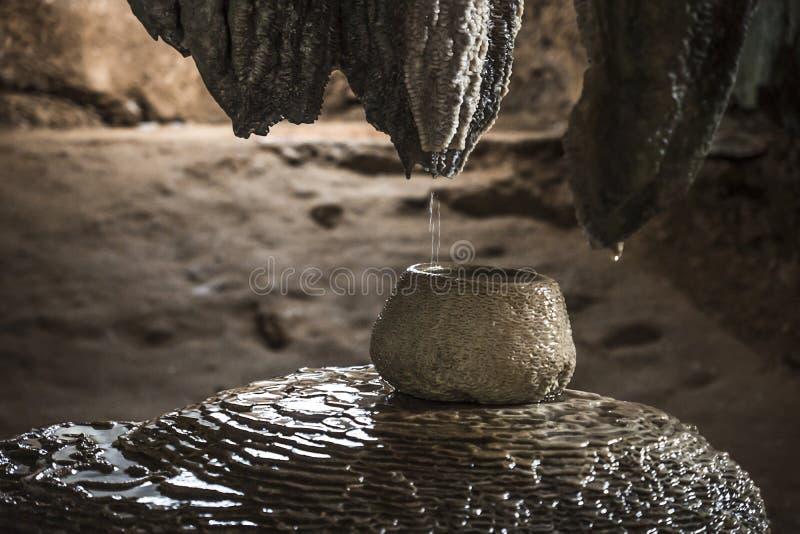 在凝思洞的罐在Wat Tham Sua, Krabi,泰国 库存图片