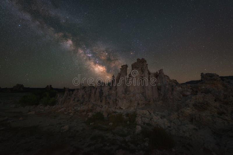 在凝灰岩后的银河星系在莫诺湖 库存照片