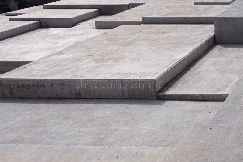 在几何有角的形状的大现代灰色具体有角步在多个水平上 库存照片
