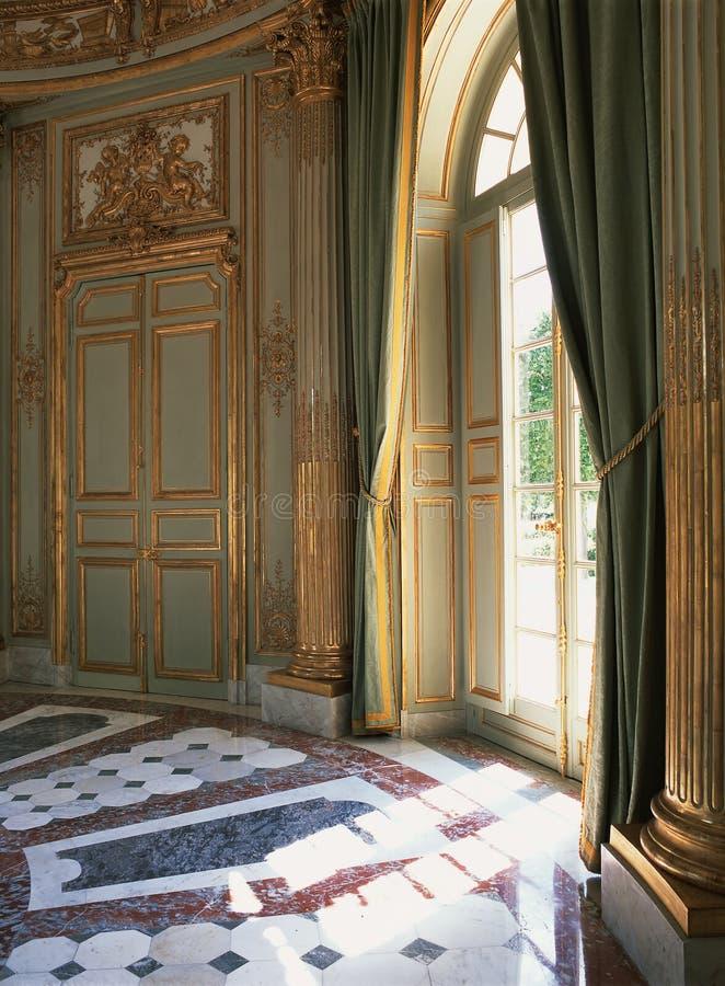 在凡尔赛宫的大窗口,帷幕和大理石地板 图库摄影