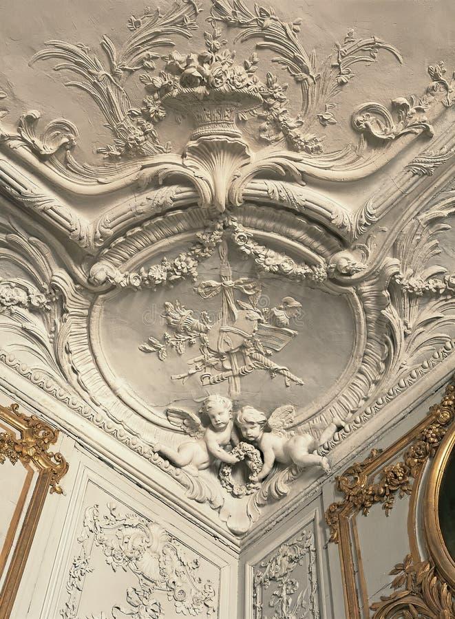 在凡尔赛宫的膏药工作细节在天花板的和墙壁 免版税库存照片