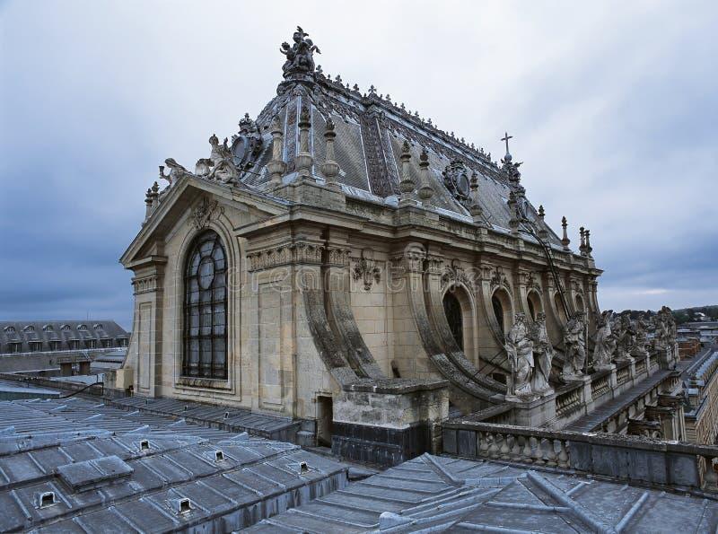 在凡尔赛宫顶房顶皇家教堂的看法 图库摄影