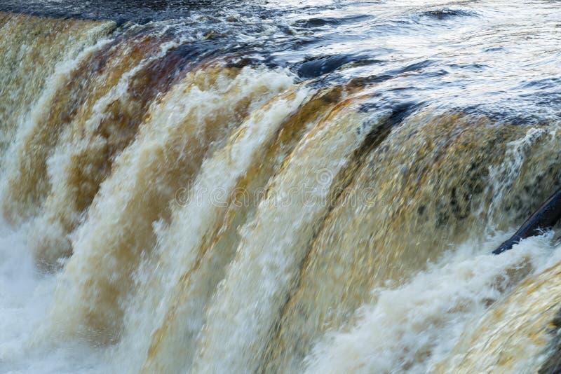 在凯伊拉Joa瀑布的秋天 流动的水 河在爱沙尼亚,自然环境背景 免版税库存照片
