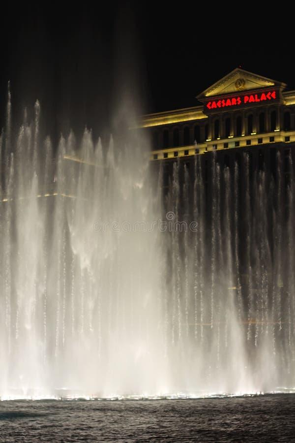 在凯撒宫前面的夜喷泉维加斯小条的 免版税库存图片