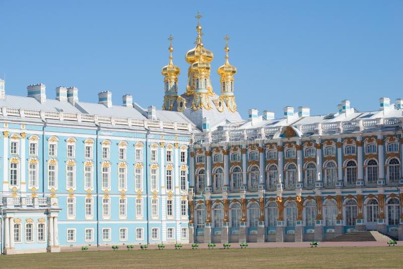 在凯瑟琳宫殿的复活教会的圆顶的看法, 4月天 Tsarskoye Selo 库存图片
