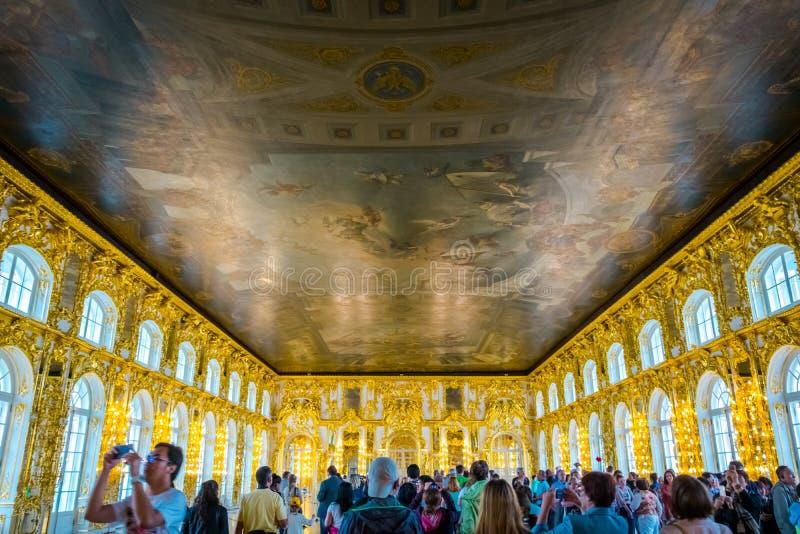 在凯瑟琳宫殿镜子内部的豪华霍尔的天花板绘画在圣彼德堡,俄罗斯 免版税库存图片
