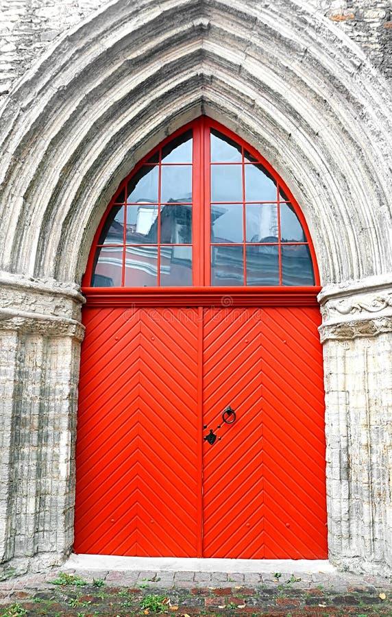 在凯瑟琳教会的门凯瑟琳车道的135 m在奥尔德敦,塔林,爱沙尼亚历史的区  免版税图库摄影