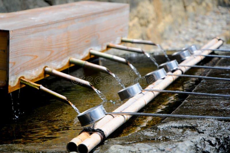 在出云Taisha寺庙的洗涤的手在岛根,日本 要祈祷,日本人通常拍他们的手2次,但是的thi 免版税库存图片