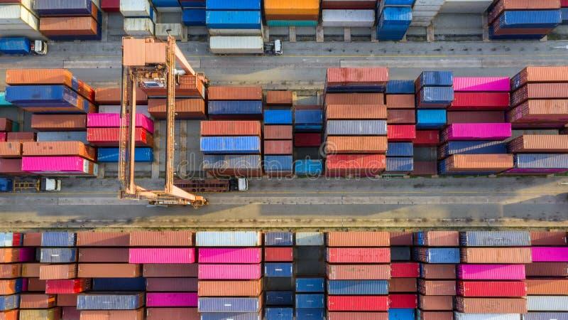 在出口的集装箱船和进口业和后勤学 怀有的运输货物由起重机 水运输国际性组织 免版税库存照片