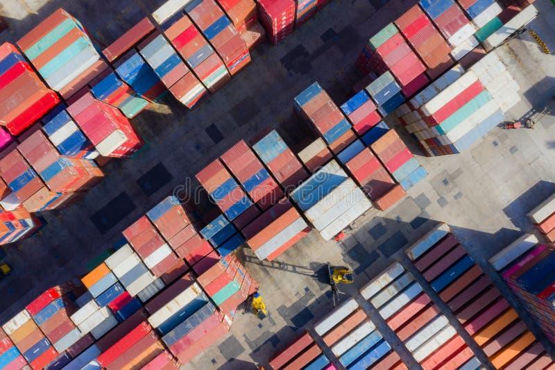 在出口的集装箱船和进口业和后勤学 怀有的运输货物由起重机 r 库存照片