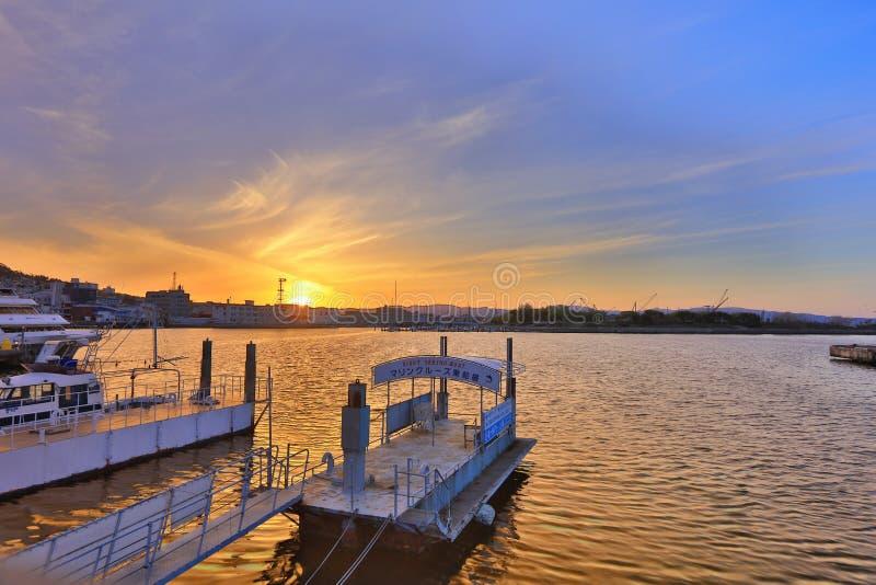 在函馆海湾的日落在口岸 库存图片