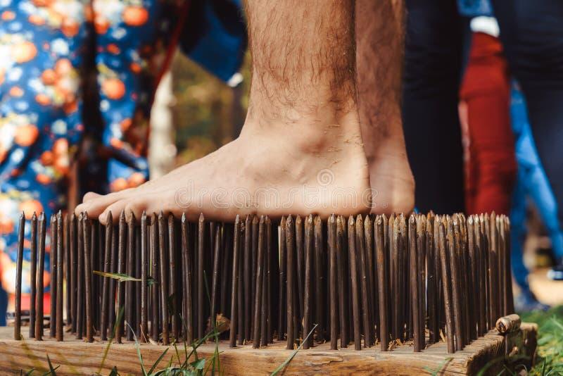 在刀子的极端瑜伽脚立场 免版税库存照片