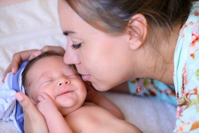 在分娩新出生的婴孩以后 免版税库存照片