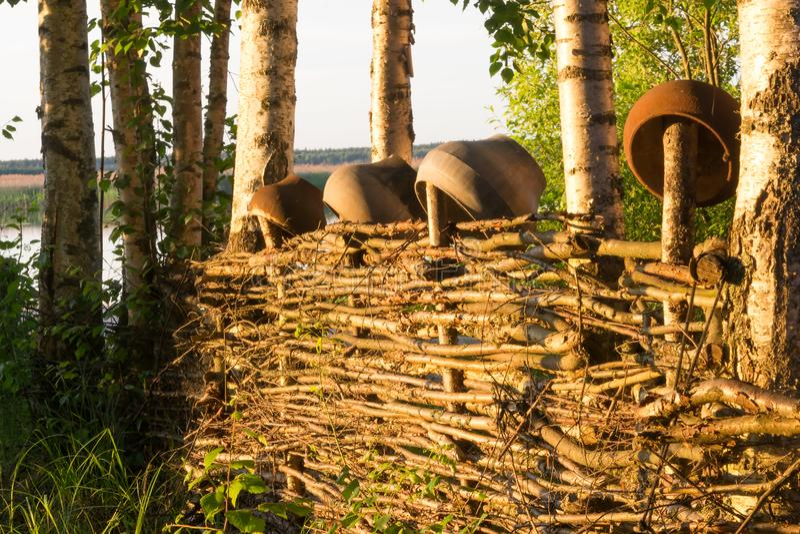 在分支老篱芭的村庄垂悬瓶子和罐 免版税库存图片