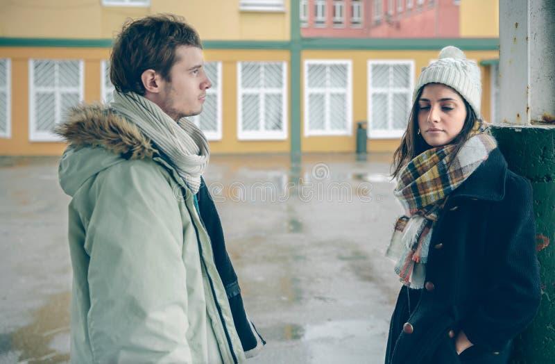 在分歧的年轻恼怒的夫妇在争吵以后 图库摄影