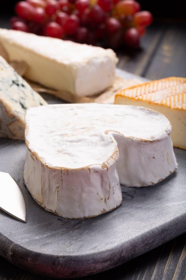 在分类, Neufchatel心形的年龄的法国乳酪盘子 免版税图库摄影