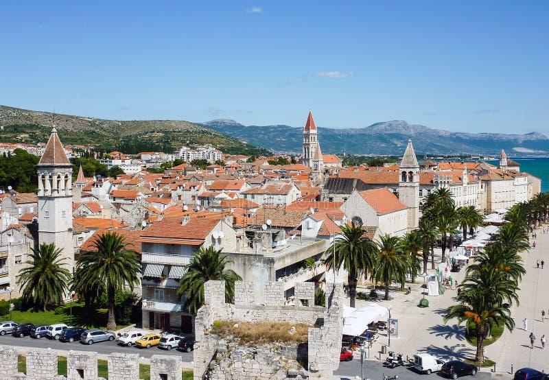 在分裂城市-达尔马提亚,克罗地亚的沿海岸区视图 库存图片