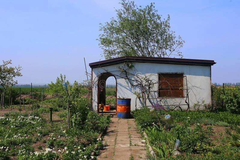 在分配地段的被放弃的白色村庄在早期的春天 库存图片