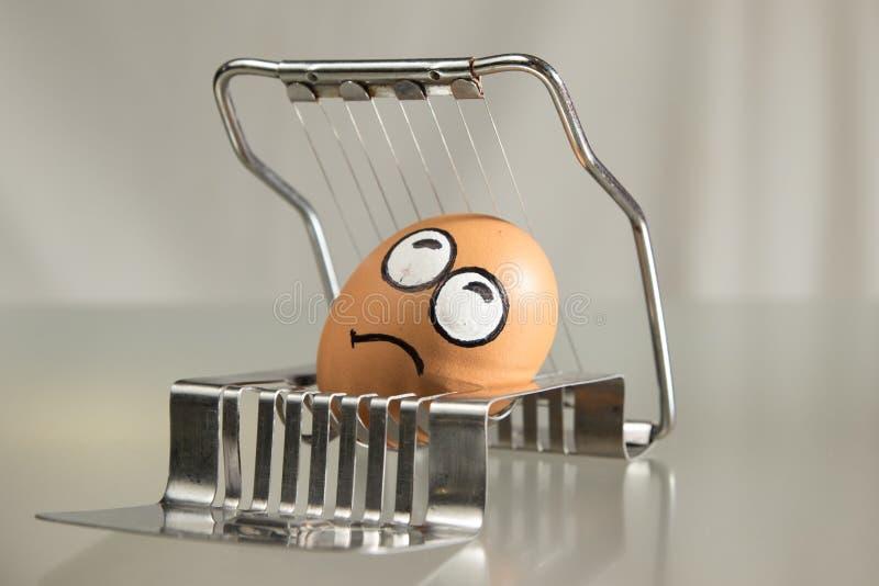在切削刀的害怕蛋面孔 库存照片