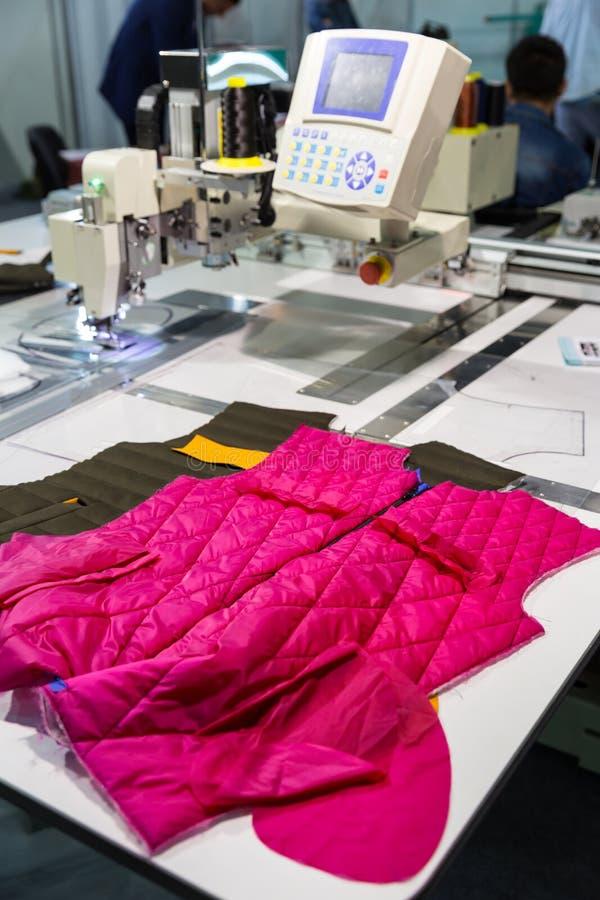 在切口的缝纫机在衣物工厂购物 库存图片