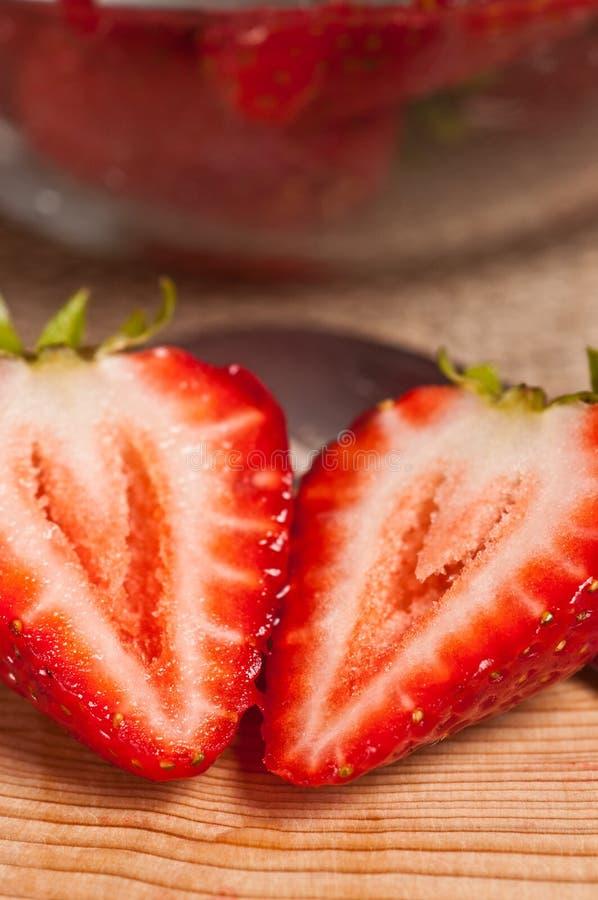 在切口bosrf的被对分的草莓 库存图片