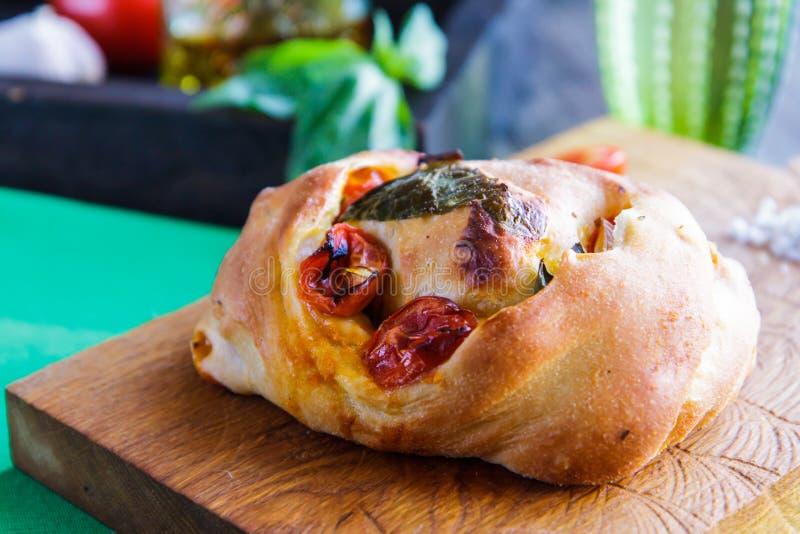 在切板特写镜头的白面包用蕃茄和蓬蒿 库存图片