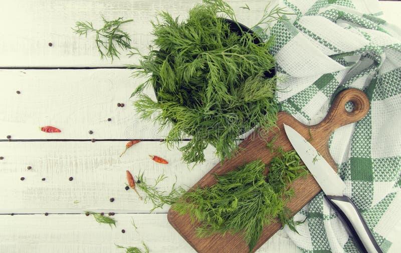 在切板的新鲜的有机莳萝和一束在a.c.的莳萝 免版税库存图片