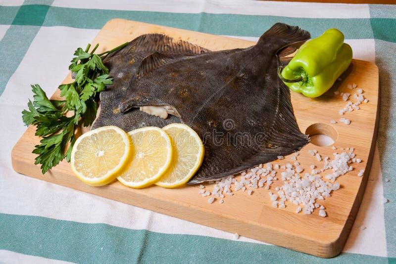 在切板的新鲜的未加工的比目鱼 免版税库存照片