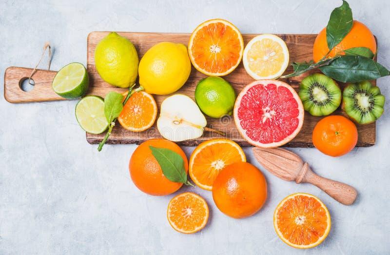 在切板的新鲜的柑橘水果 免版税图库摄影