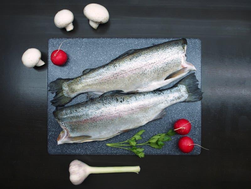 在切板的新鲜的鳟鱼鱼 图库摄影