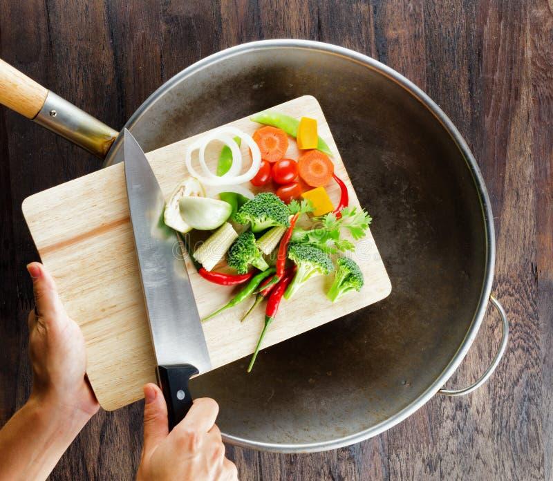 在切板的新鲜蔬菜在铁锅落。 Co 库存照片