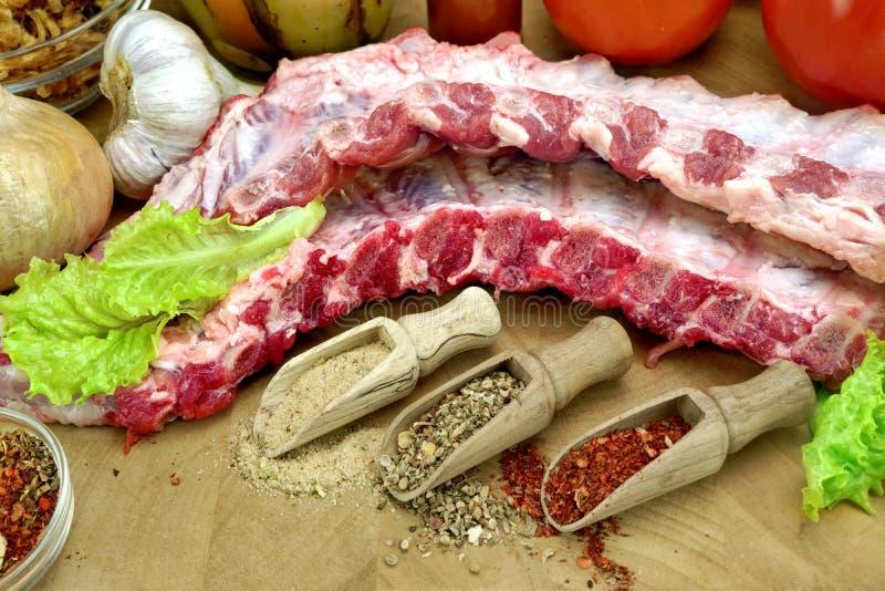 在切板的未加工的猪肉婴孩后面肋骨 库存图片