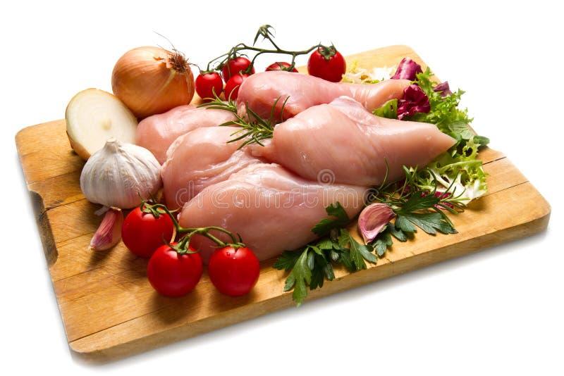 在切板的未加工的鸡胸脯 免版税库存图片