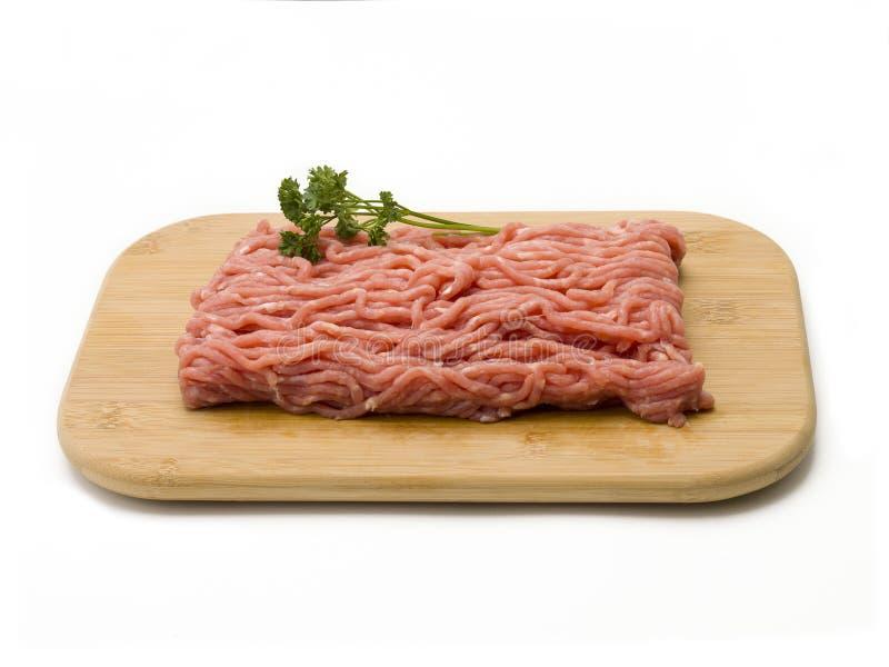 在切板的未加工的绞细牛肉 免版税库存图片