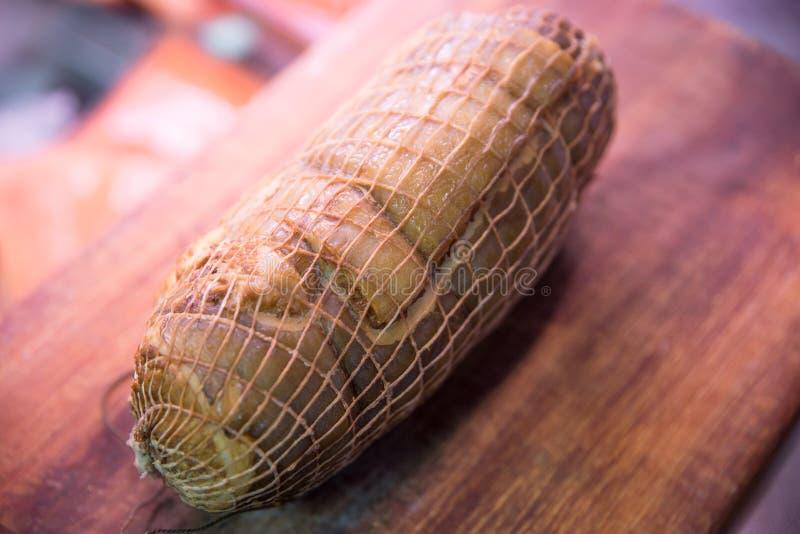 在切板的熏制的海鳗鱼卷 免版税库存照片