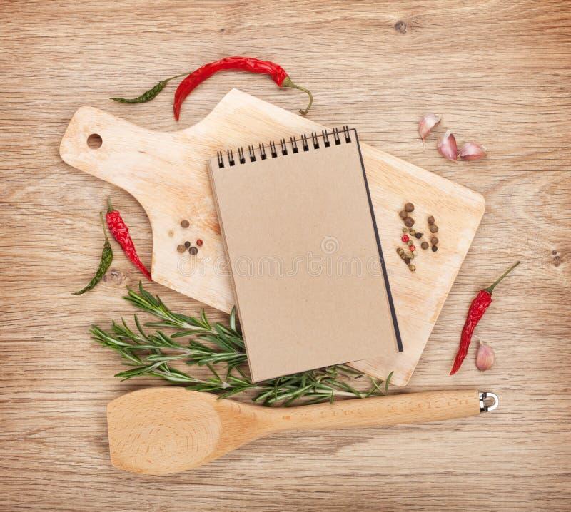 在切板的空白的笔记薄用香料 库存照片