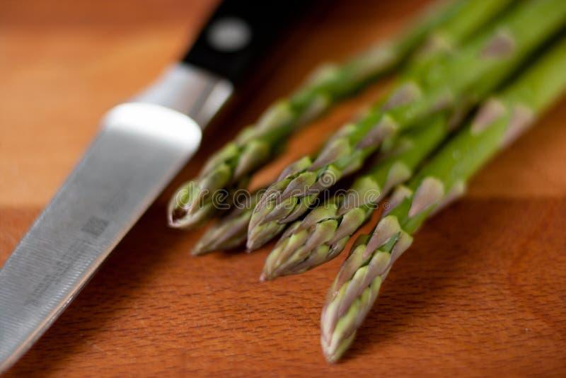 在切板的芦笋有刀子的 免版税库存图片