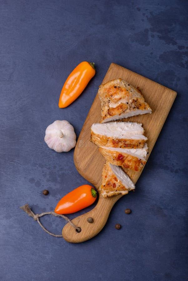 在切板的被切的煮熟的内圆角鸡 免版税图库摄影