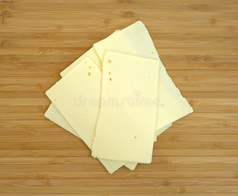 在切板的锋利的切达干酪 库存照片