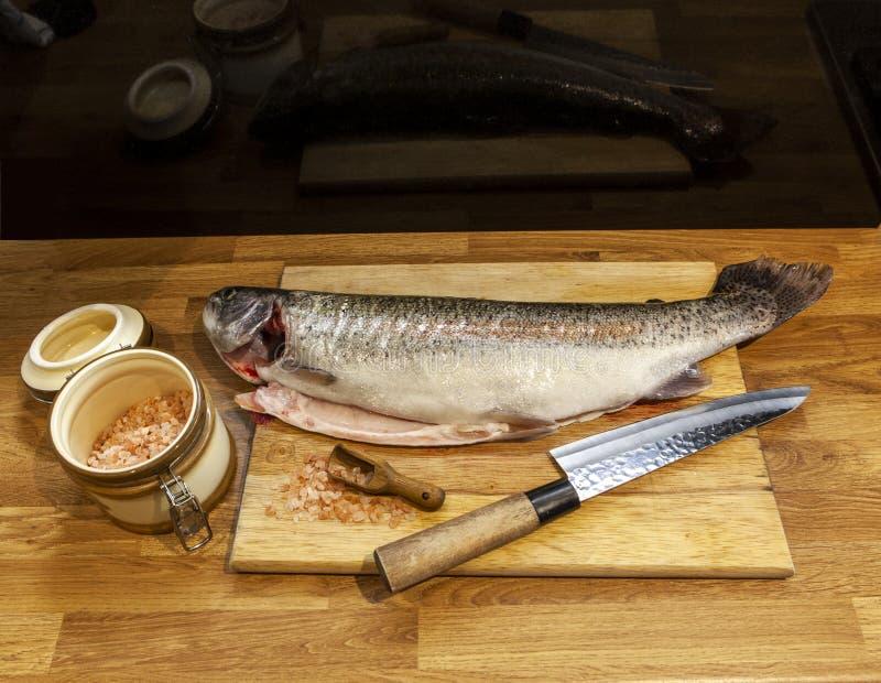 在切板的鱼 免版税图库摄影
