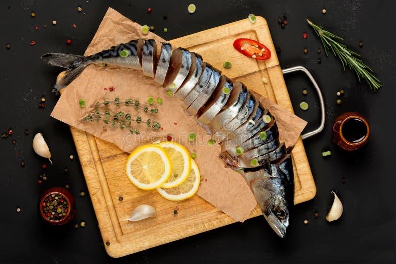 在切板顶视图的切的盐味的鲭鱼 库存照片
