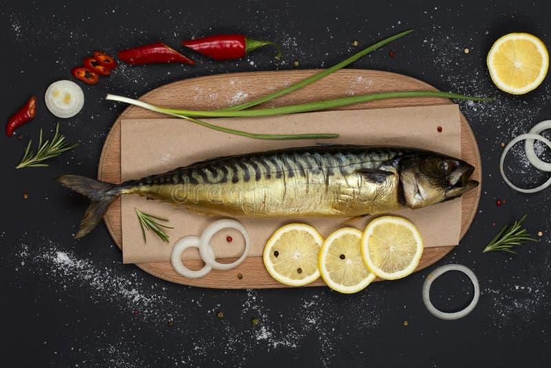 在切板顶视图的熏制的鲭鱼 库存照片