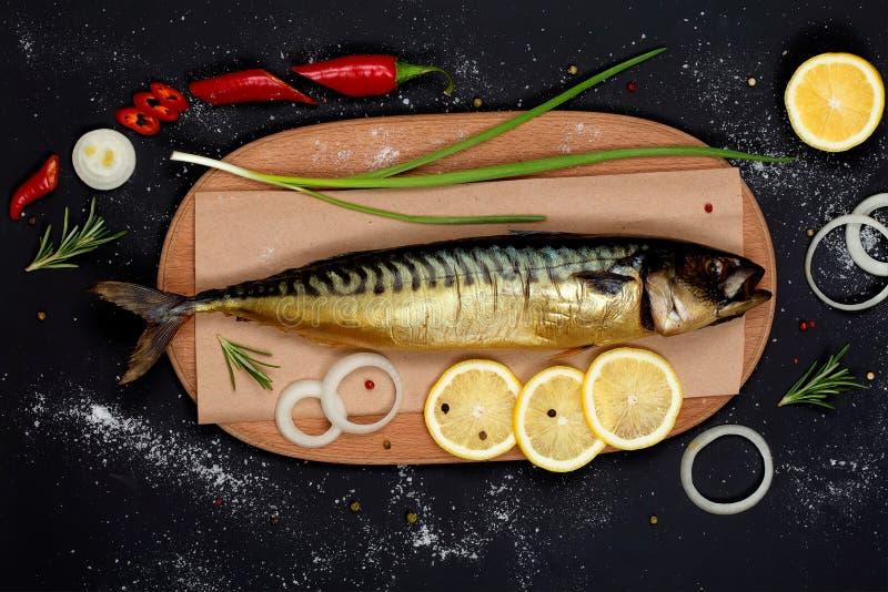 在切板顶视图的熏制的鲭鱼 库存图片