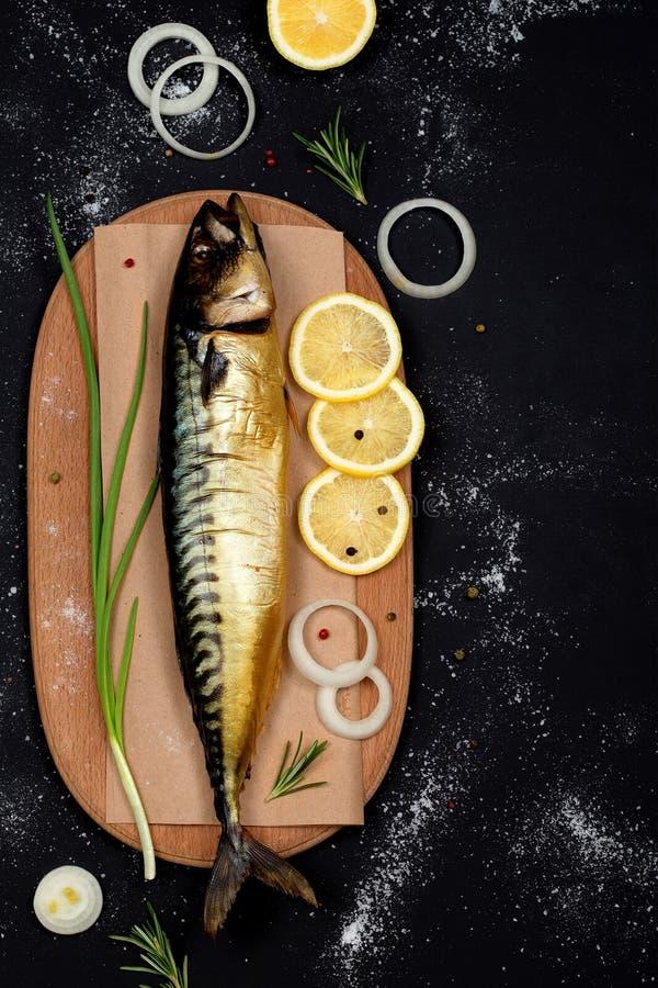 在切板顶视图的熏制的鲭鱼 免版税库存照片