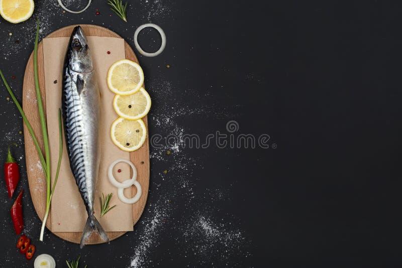 在切板顶视图的盐味的鲭鱼 免版税库存照片